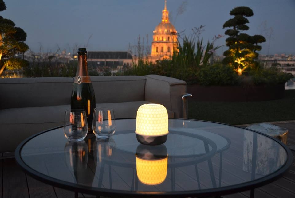 LAMPION IS A LED LIGHT SOURCE THAT DIFFUSES SOFT LIGHT THROUGH A PORCELAIN DOME, THUS AVOIDING GLARE. IT GOES ON WITH A TOUCH AND HAS THREE LEVELS OF LIGHT INTENSITY. THIS LAMP CAN BE USED INDOORS AND OUTDOORS TO ILLUMINATE A SPACE