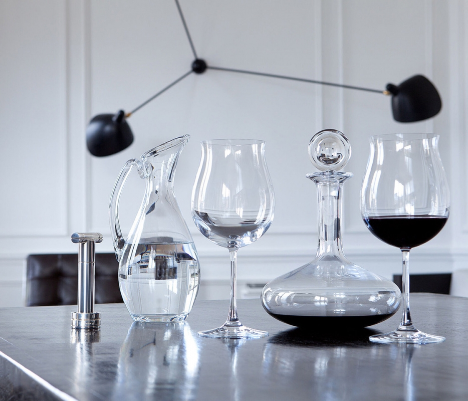 DÉGUSTATION GRAND BOURGOGNE glass. Extra large and therefore ample, the glasses in the DÉGUSTATION collection allow for an optimal concentration of aromas and an extraction of the richness of the bouquet of wines tasted. Specifically developed for oenological tasting, the Bordeaux wine glasses are egg-shaped, whereas a tulip shape enhances Burgundy wines. Sold in a set of two, they are a perfect gift for wine lovers in search of purity and light.