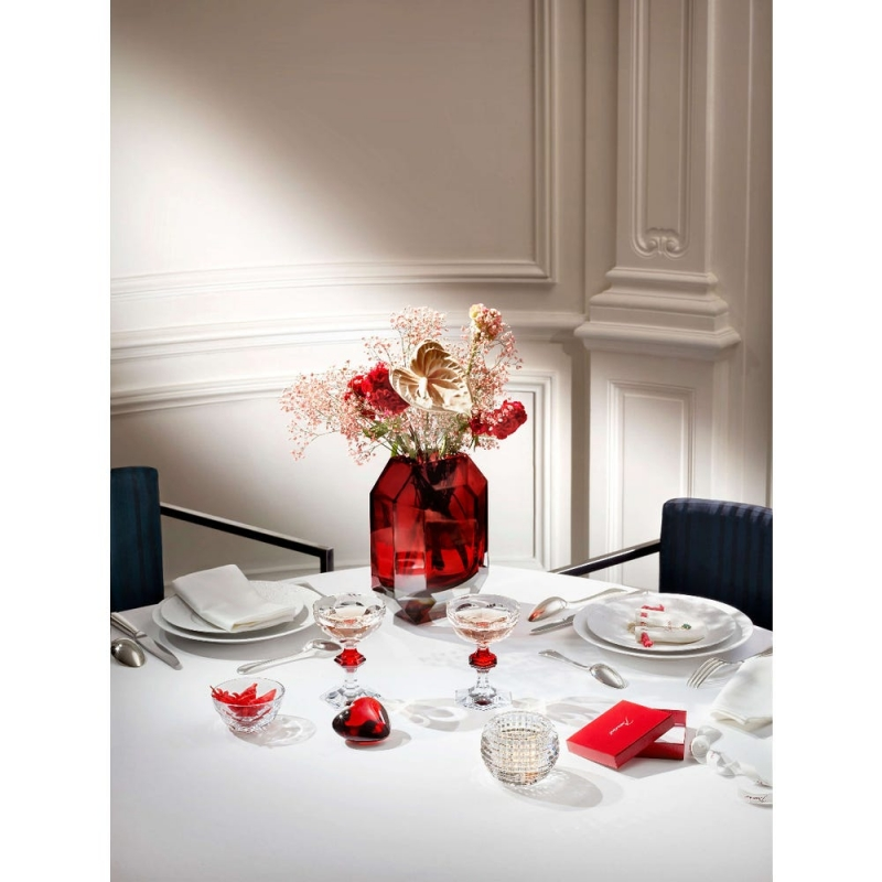 Like a delicately cut precious stone, the Baccarat OCTOGONE vase is a true gem. The signature Baccarat octagon from its chandeliers has been reinvented as a stunning vase. Its clear-cut lines, corners and curves beautifully reflect the surrounding light, showcasing fresh-cut flowers beautifully. Designer THOMAS BASTIDE has created an eye-catching delight in vibrant red. Its elegant style warms up your home and adds a special flair to contemporary home décor. Price from €950 to €1,500