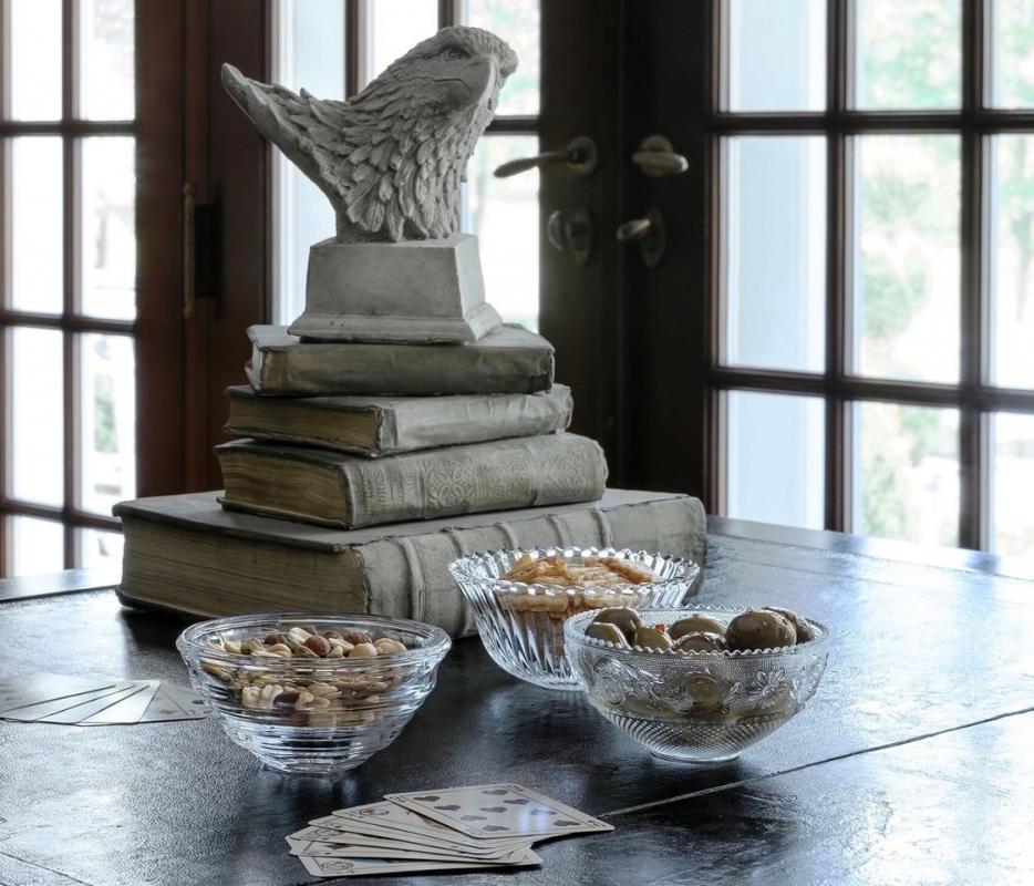 The ARABESQUE dessert plates share the ARABESQUE bowl's same elaborate detailing and scalloped edges.