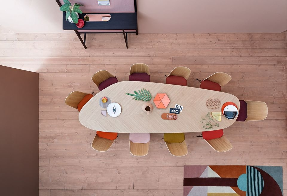 TABLE TWEED BY GARCIA CUMINI 2017.A MIX OF ORIGINALITY AND REFINEMENT, THE TWEED TABLE FEATURES SEVERAL ACCURATE STYLISTIC DETAILS. THE REMARKABLE WORK OF INLAYS AND THE GRAIN OF THE WOOD FORM A BEAUTIFUL DECORATION WITH SYMBOLS THAT RECALL THE VEINS OF A LEAF AND GIVE THE TOP A GREAT VISUAL LIGHTNESS. A SOLID AND TIMELESS TABLE, MADE TO BE HANDED DOWN FROM GENERATION TO GENERATION.