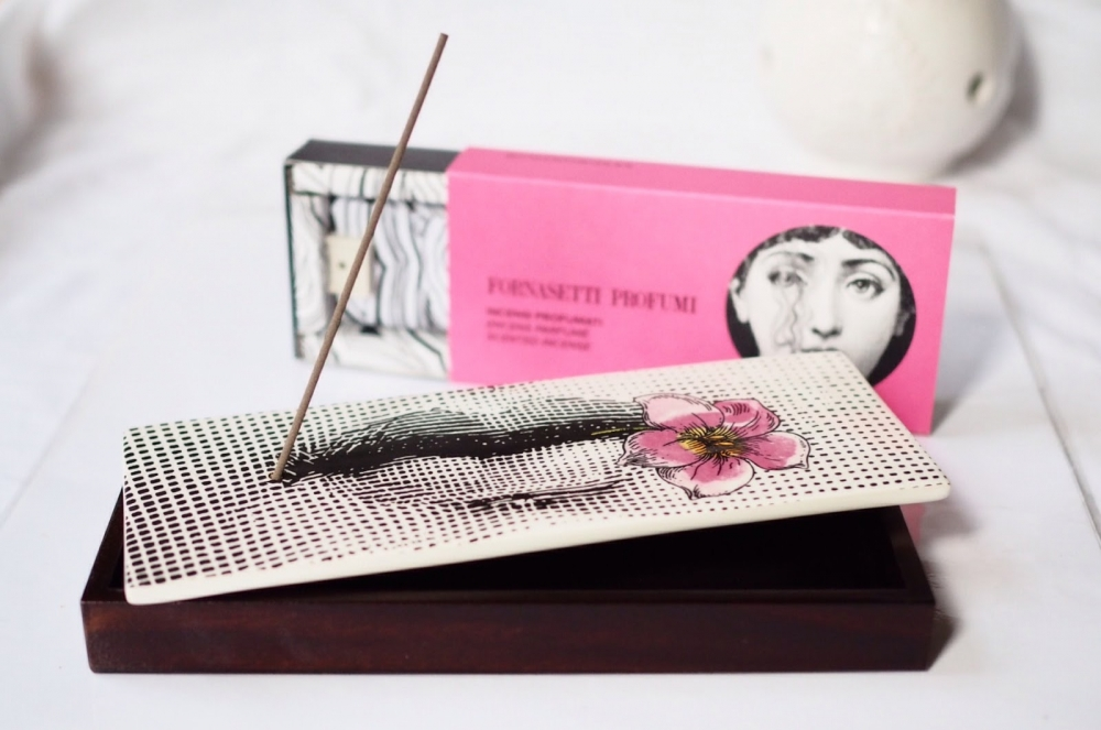INCENSE BOX FIOR DI BACIO. THE SET INCLUDES 80 INCENSE STICKS AND A DARK WOODEN BOX TOPPED WITH A CERAMIC LID TO HOLD THE STICKS WHEN LIT