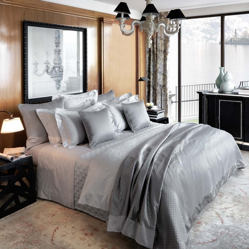 MADE IN ITALY FROM EXTRA-LONG STAPLE EGYPTIAN COTTON, PURE FLAX LINEN, AND LUXURIOUS SILK, OUR DUVETS EMBODY ELEGANCE AND FEEL EXQUISITE TO THE TOUCH