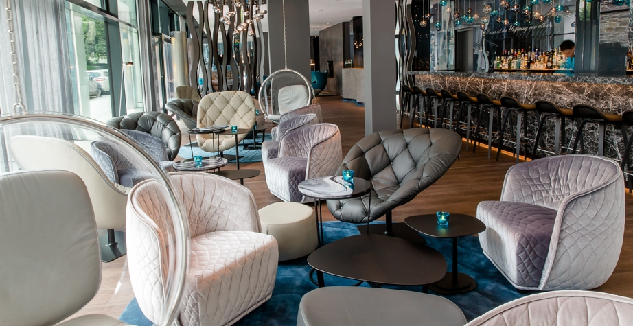 REDONDO ARMCHAIR, BOHEMIANARMCHAIR, FJORD STOOL AND BLOOMY LOW TABLE BY PATRICIA URQUIOLA - MOTEL ONE STUTTGART, GERMANY, 2019  INTERIORS: MOTEL ONE ARCHITECTURE: MOTEL ONE PHOTO CREDIT: MOTEL ONE