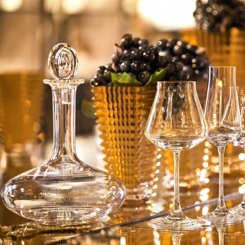 Baccarat OENOLOGIE young wine decanter. The OENOLOGIE decanter in clear crystal is ideal for airing a young wine and releasing its flavors. The shape recalls the volumetric bottles seen in laboratories. The OENOLOGIE decanter in clear Baccarat crystal is a magnificently crafted piece and an essential tool for wine tasting. Its functional form is lifted thanks to the fabulous Baccarat clear crystal and refined design. The elegant, fine neck gracefully merges into the decanter's curves. The silhouette is crowned with an elongated stopper in clear Baccarat crystal. The OENOLOGIE collection also includes red wine glasses, a highball and a champagne flute, as well as a decanter designed for young wines.