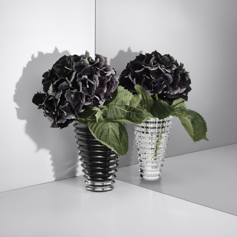 EYE vase round. In a subtle play of contrast, the black EYE vase is the ideal piece to showcase the most beautiful bouquets in every interior decoration style.
