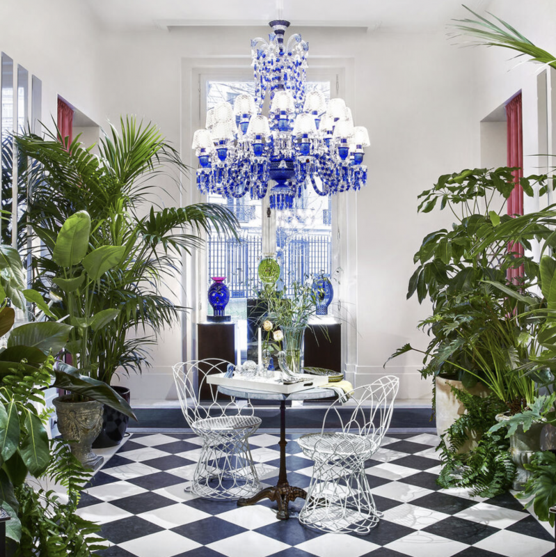 ZENITH FAUNACRYSTOPOLIS BLUE Vibrant, joyful and daring! With JAIME HAYON, the ZÉNITH icon is adorned for the first time with stripes and carries us away in a spiral of blue and clear crystal. In a play of light and contrasts, the FAUNACRYSTOPOLIS CHANDELIER hypnotizes all eyes.