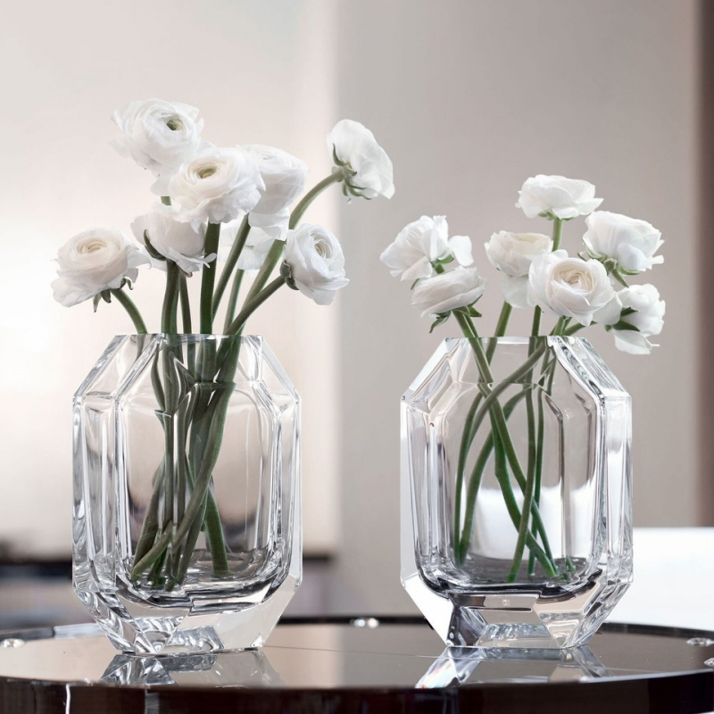 OCTOGONE vase designed by THOMAS BASTIDE. The signature of all Baccarat chandeliers, the octagonal tassel is here transformed into a vase. The clear-cut lines, corners and roundness are combined to reflect the light. Price from €950 to €1,500